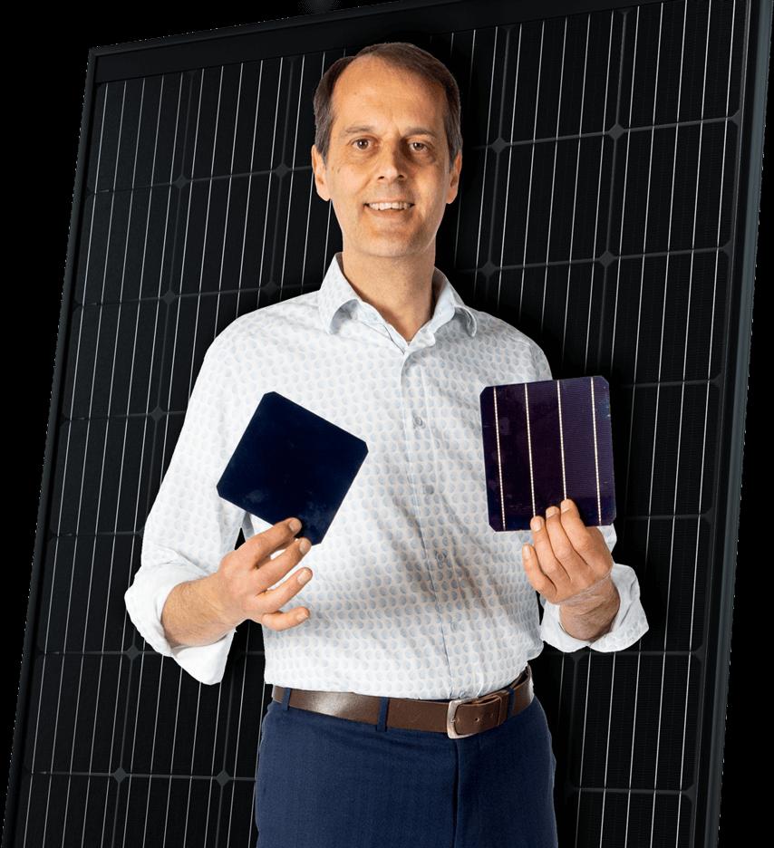 Tammo Bieze houd een zonnecel vast